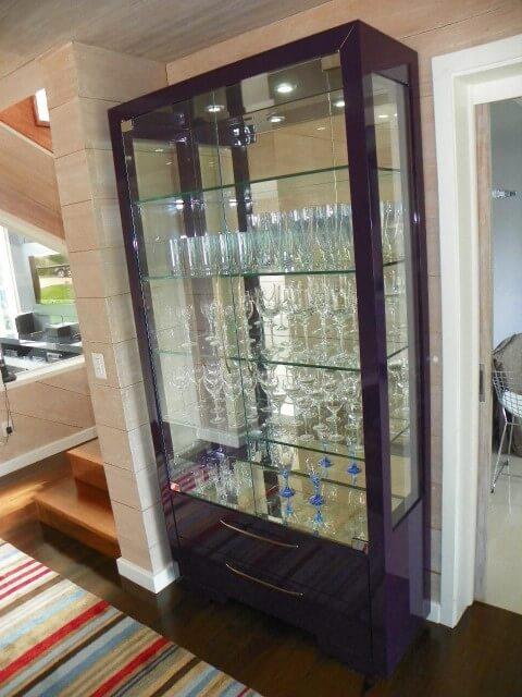 Sala de estar com cristaleira moderna roxa com espelho dentro Projeto de Carol Wolfart