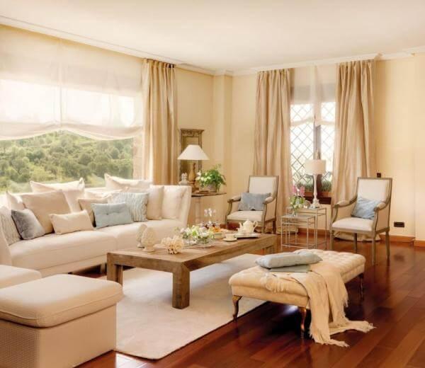 Sala de estar com padere cor palha e decoração clara com tons de azul claro Foto de Hogar unCOMO