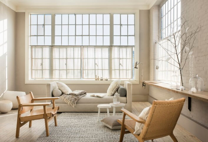Sala de estar com parede cor palha e móveis de madeira Foto de Revista Donna