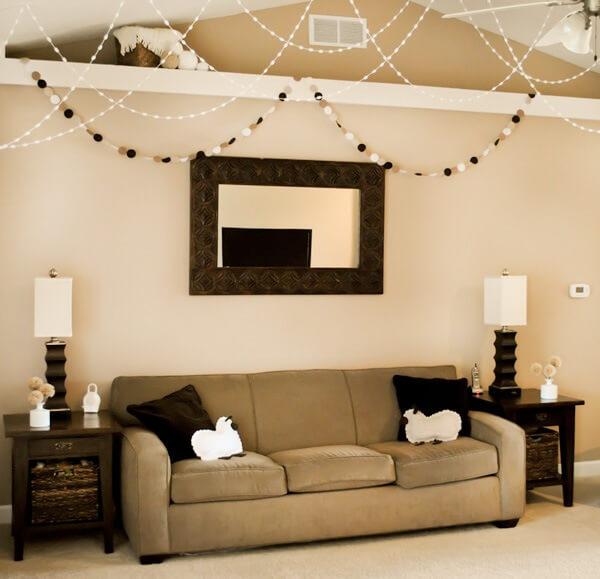 Sala de estar com parede cor palha e móveis em tons escuros Foto de Cultura Mix