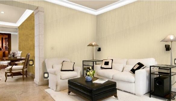 Sala de estar com parede cor palha e puff e almofadas pretas Foto de Cultura Mix