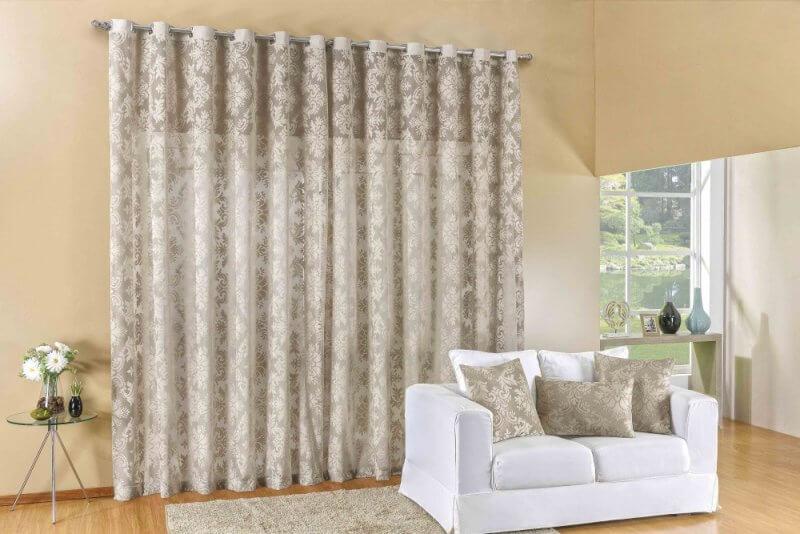 Sala de estar com parede cor palha e sofá branco Foto de Madeira Madeira