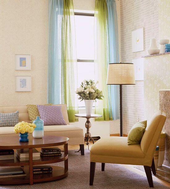 Sala de estar com parede e móveis cor palha e objetos de decoração coloridos Foto de DIY Decoration Ideas