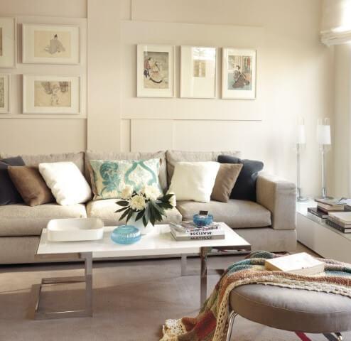 Sala de estar com parede em tom de cor palha claro e móveis com estofado cinza Foto de El Mueble