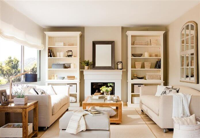 Sala de estar com paredes cor palha e móveis claros Foto de El Mueble