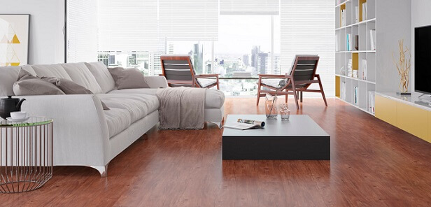 Sala de estar com piso vinílico avermelhado Foto de Duratex Madeira