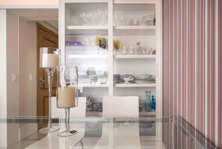Sala de jantar com cristaleira moderna branca com portas de vidro Projeto de Braccini Lima