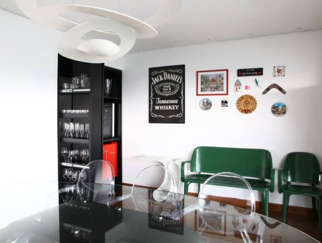 Sala de jantar com cristaleira moderna preta e frigobar vermelho Projeto de Anna Paula Moraes