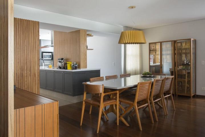 Sala de jantar com móveis em madeira e cristaleira moderna do mesmo material Projeto de Diptico