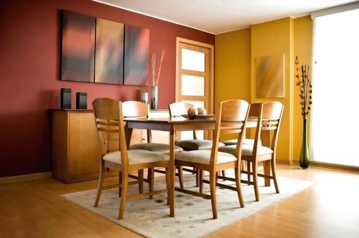 Sala de jantar com paredes em cores vibrantes e móveis com estofado cor palha Foto de Muebles Modernos