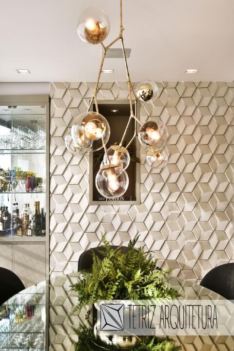 Sala de jantar contemporênea com cristaleira moderna de vidro embutida na parede Projeto de Tetriz Arquitetura