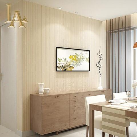 Sala de jantar pequena com teto branco e parede com papel de parede cor palha Foto de Joswall