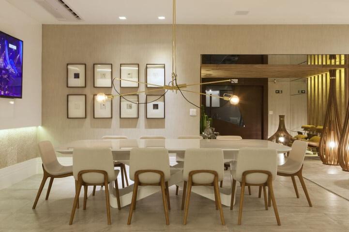 Sala de jantar sofisticada com parede cor palha e toques dourados Foto de Galeria da Arquitetura