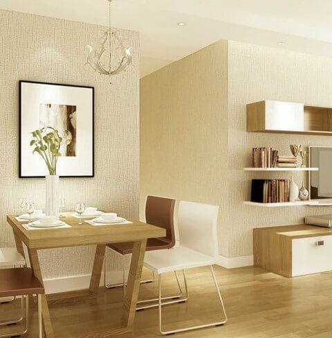 Sala integrada com parede cor palha e móveis de madeira e em cor branca Foto de Forever a Beautiful Home