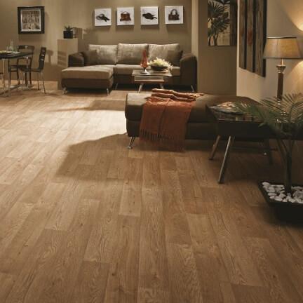 Sala integrada com piso vinílico imitando madeira e móveis em tons de marrom Foto de Afrel Pisos e Carpetes