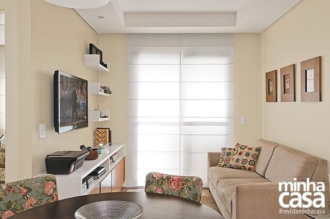 Sala pequena com paredes cor palha e sofá marrom claro Foto de Meu Estilo Decor