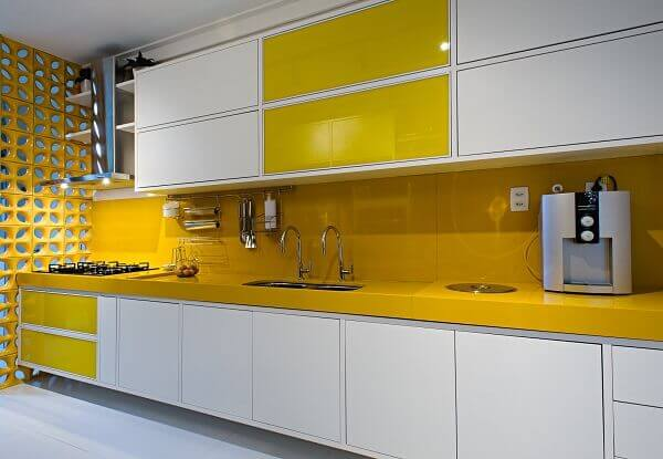 Silestone amarela na cozinha espaçosa