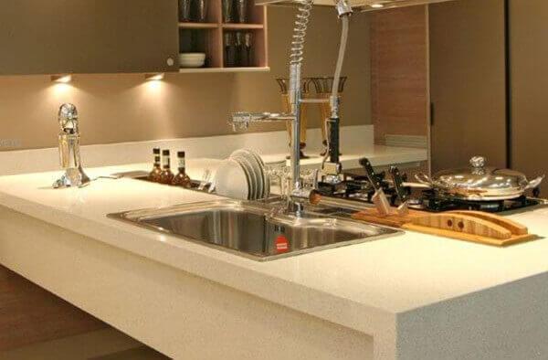 Silestone branco em cozinha moderna