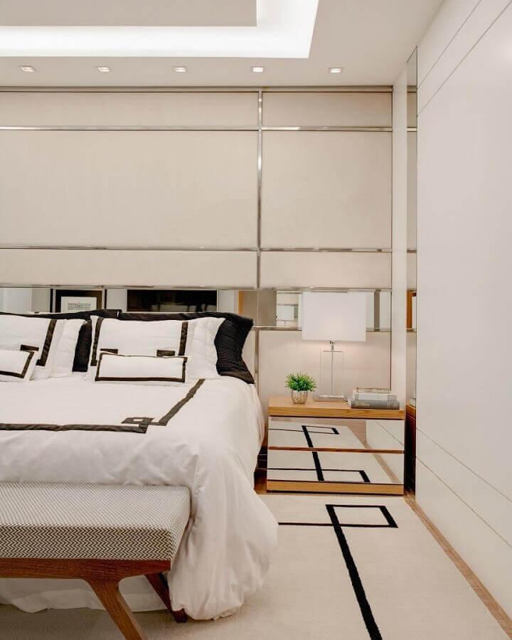 Tapete para quarto de casal decorado em cores claras com criado mudo espelhado Foto Thaisa Bohrer