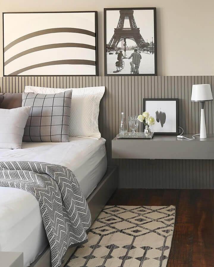 Tapete para quarto de casal decorado em tons de cinza com piso de madeira escura Foto Simone Saccab