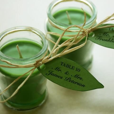 Velas verdes como lembrancinhas de casamento Foto de One Wed