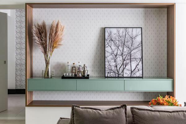 Aparador com molduras para quadros
