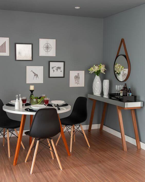 Sala de jantar com molduras para quadros