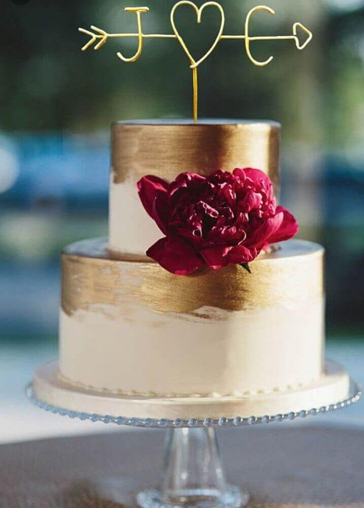 bolo de casamento 2 andares decorado com detalhes em dourado Foto Weddbook