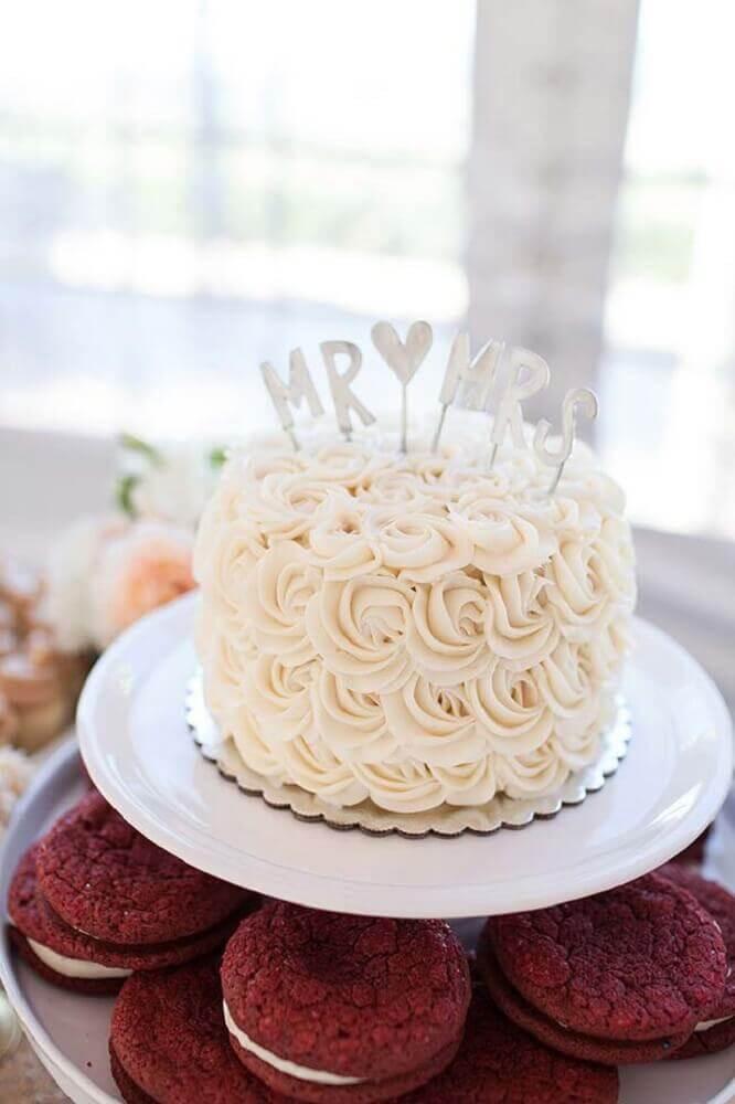 bolo de casamento simples com chantilly Foto Leeches