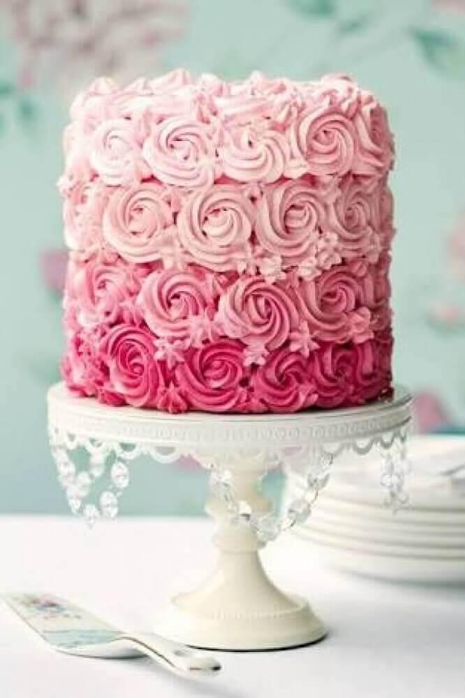 bolo de casamento simples com chantilly cor de rosa Foto Weddbook