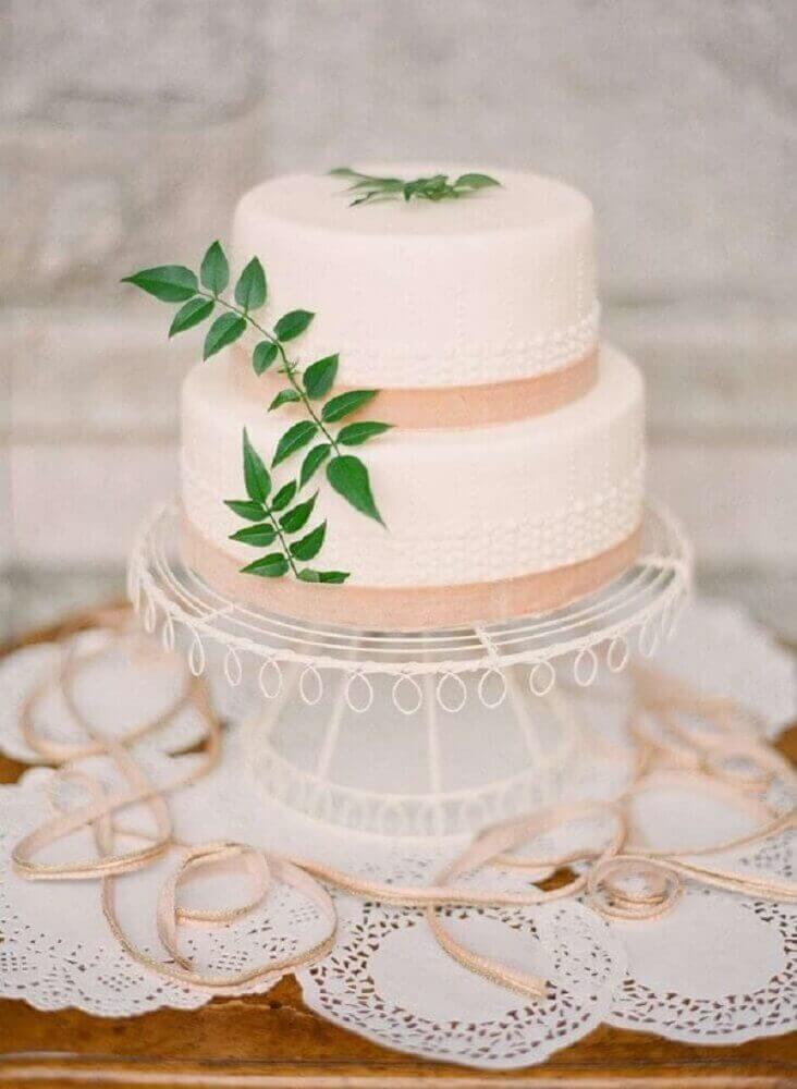 bolo de casamento simples decorado com pequena folhagem Foto Weddywood