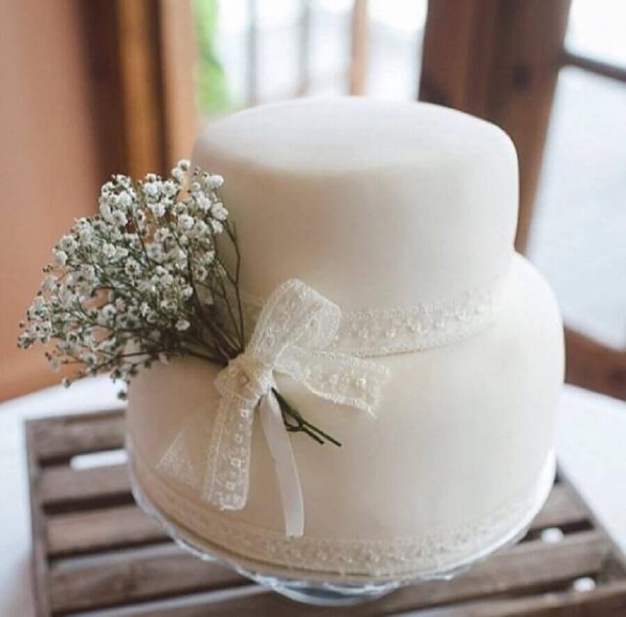 bolo de casamento simples decorado com renda e pequeno buquê Foto Pinterest
