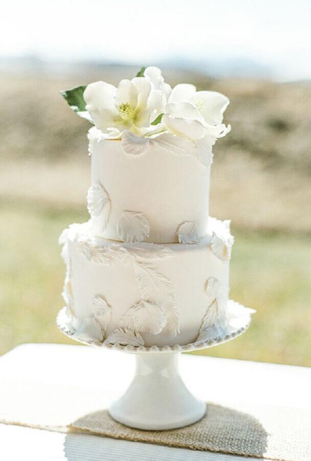 bolo de casamento simples e bonito 2 andares com flores brancas no topo Foto Decobake