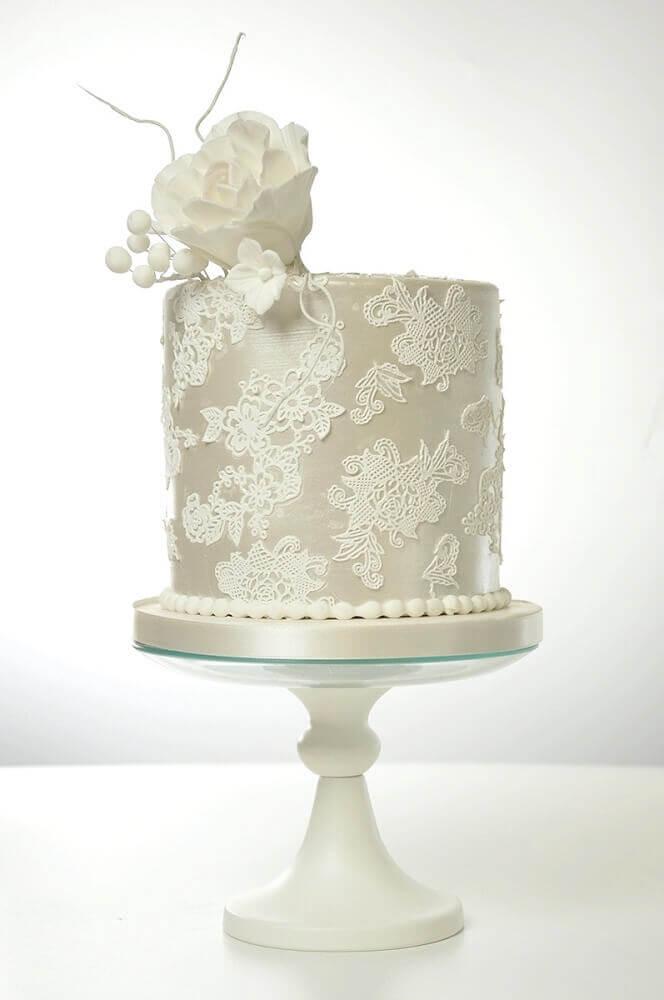 bolo de casamento simples e bonito todo branco decorado com rendas e flor branca no topo Foto Love Crear