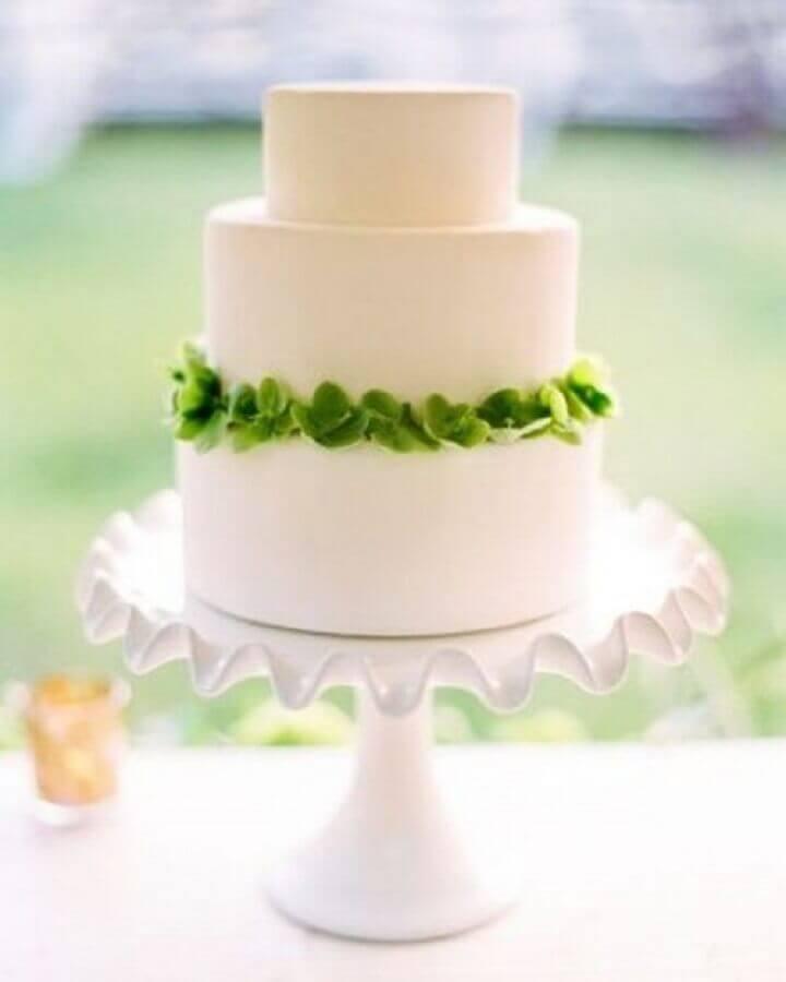 bolo de casamento simples todo branco decorado com pequenas plantas Foto Once Wed