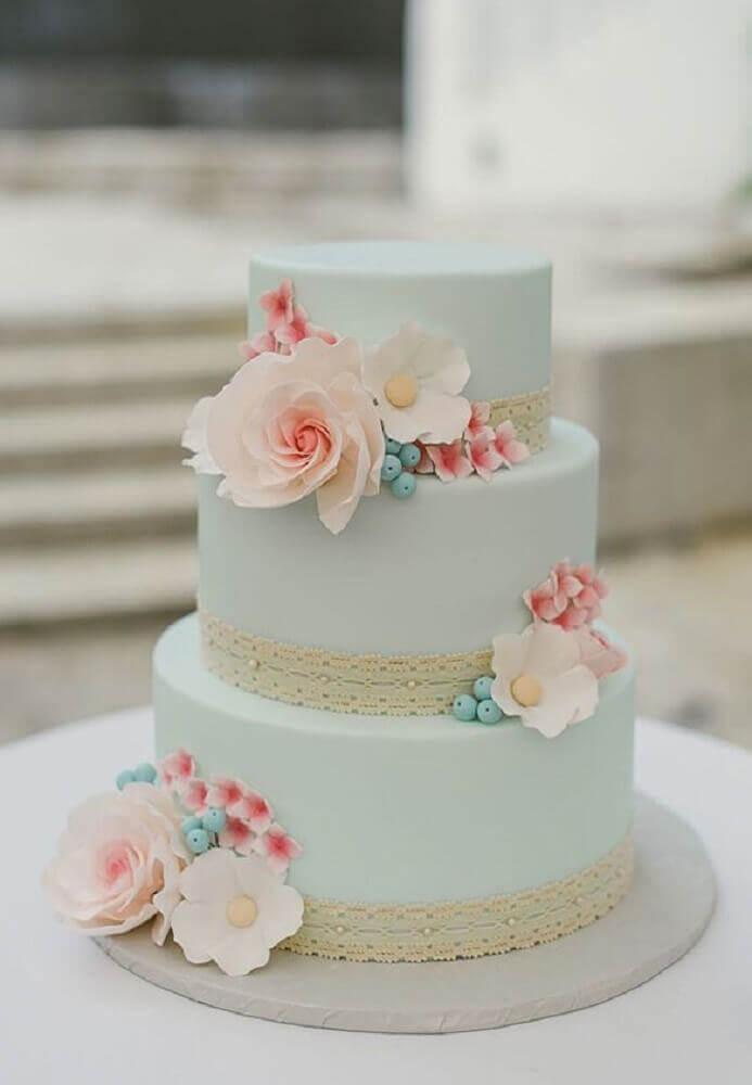 bolo para casamento simples decorado com flores pequenas e pasta americana azul pastel Foto Bem Vinda Noiva