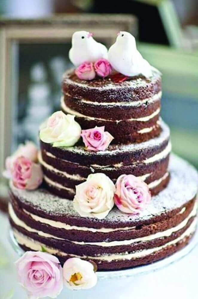 bolo para casamento simples decorado com rosas e casal de passarinhos no topo Foto Pedaços de Ternura