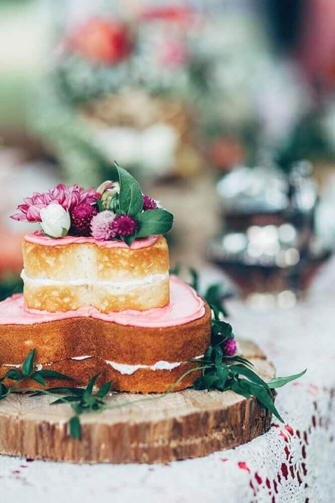 bolo para casamento simples em formato de coração decorado com flores flores Foto Rock My Wedding