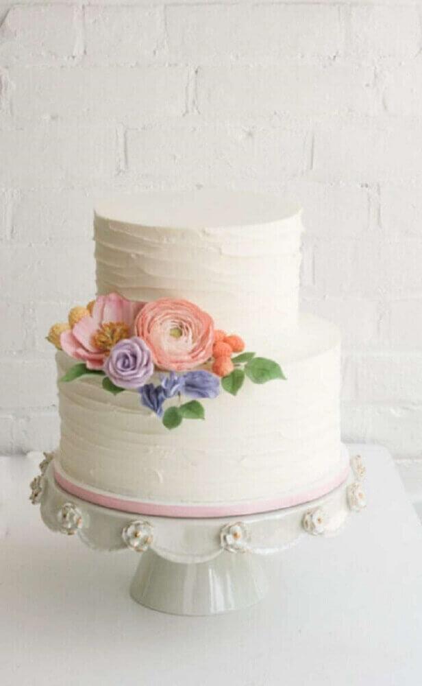 bolo para casamento simples todo barnco decorado com flores Foto Pinterest