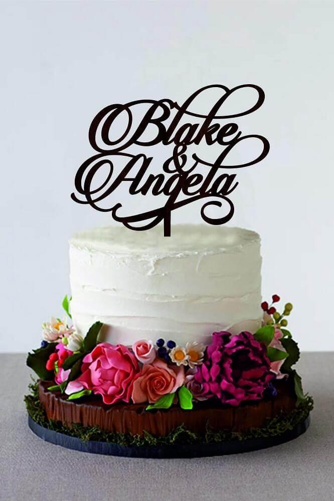 bolo simples de casamento decorado com várias flores coloridas Foto Weddbook