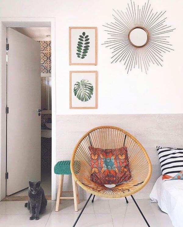 Cadeira acapulco com decoração de molduras para quadros de plantas