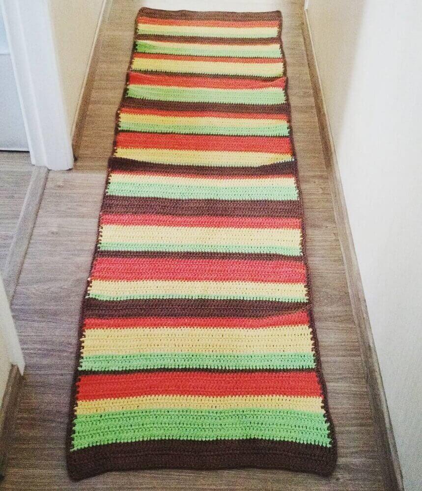 corredor com passadeira de crochê listrada colorida Foto Sarah Miranda