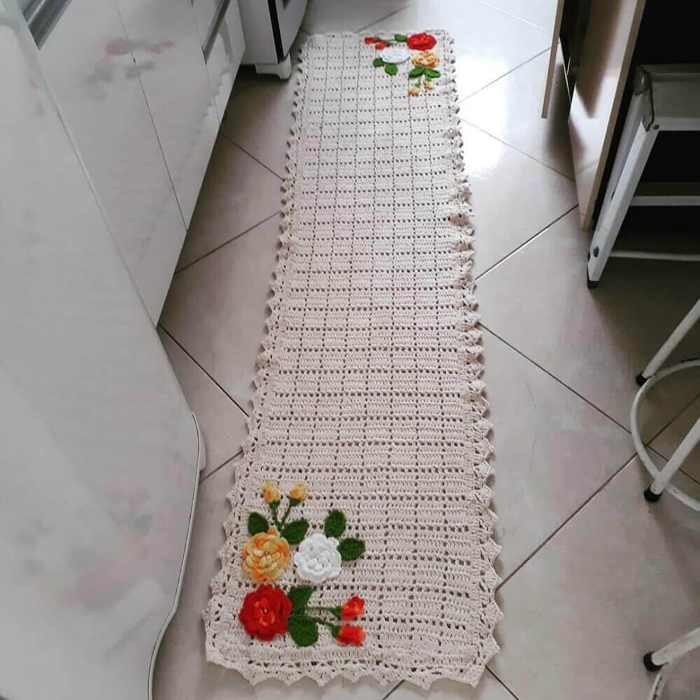 cozinha decorada com passadeira de crochê com flores Foto Mirele Morais Crochê