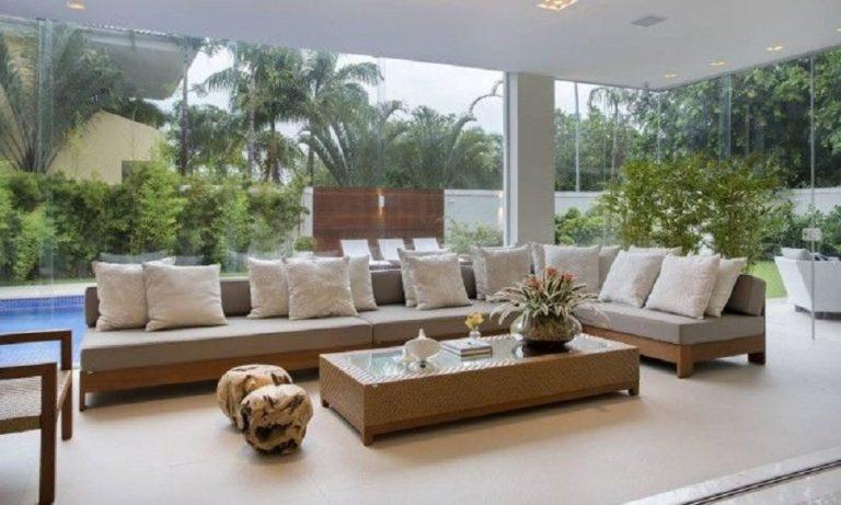 decoração em tons neutros com móveis para varanda ampla Foto Homex Imóveis