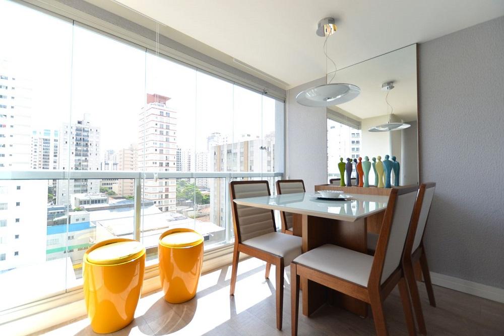 decoração clean com mesa para sacada com cortina de vidro Foto Zark Studio Lab
