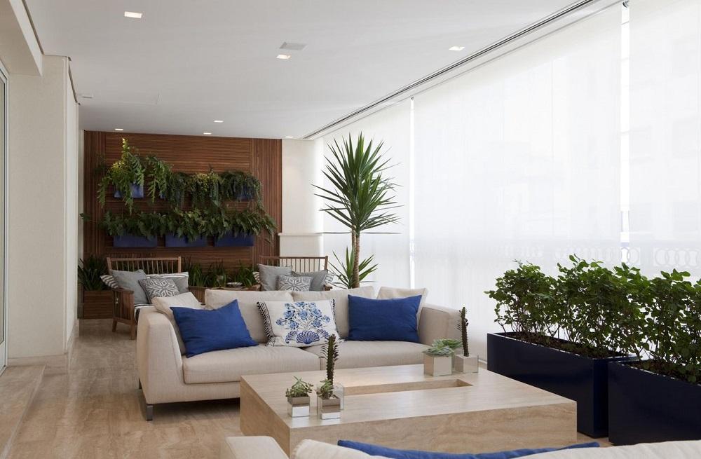 decoração clean com vasos e sofá para varanda Foto Marcelo Rosset Arquitetura
