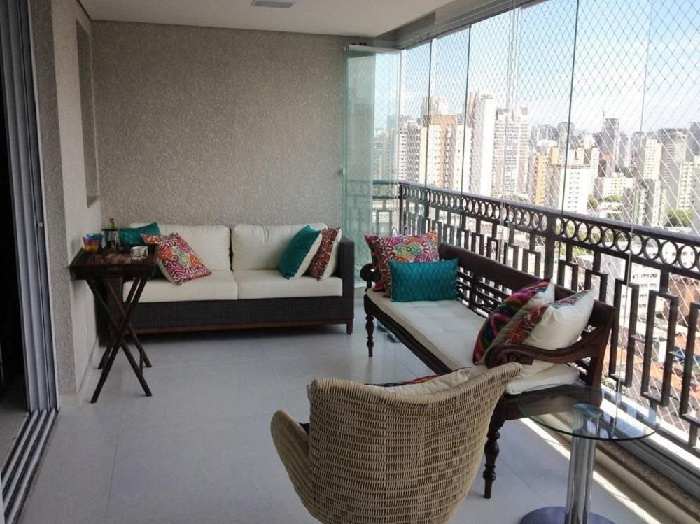 decoração com almofadas coloridas para móveis para varanda com cortina de vidro Foto Carmem Araujo Bonamico