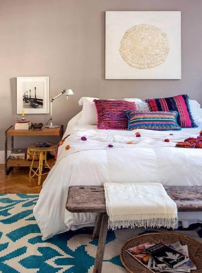 decoração com banco de madeira e tapete para quarto de casal Foto The Holk