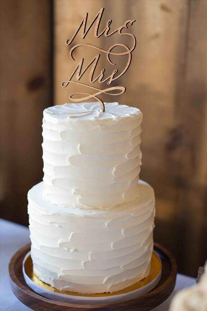decoração com bolo de casamento simples com chantilly todo branco e 2 andares Foto Wedding Ideas