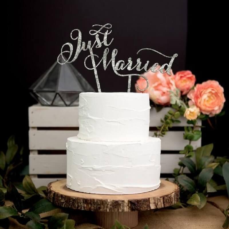 decoração com bolo simples de casamento dois andares e todo branco Foto Pinterest
